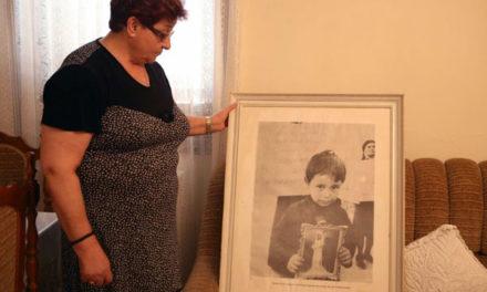 «Ρε λεβέντη να σου βγάλω μια φωτογραφία να την πάρεις να τη δει ο μπαμπάς σου». Η ιστορία πίσω από τη διάσημη φωτογραφία του αγνοούμενου πατέρα