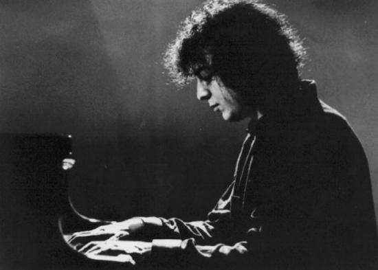 Νίκος Οικονόμου – Ο διεθνής Κύπριος μουσικός που «έβγαζε σπίθες» στο πιάνο