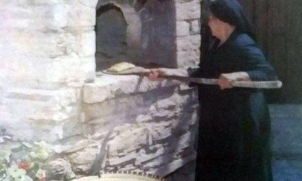 Η αρχαιοελληνική προέλευση της φλαούνας. Γιατί οι γυναίκες πηδούσαν πάνω στον φούρνο την ώρα του ψησίματος;