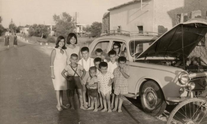 Αναγνωρίζετε τον οδηγό που έχει σταματήσει στη μέση του δρόμου με ανοιχτή τη μηχανή; Η ιστορία πίσω από τη φωτογραφία με τα ξυπόλυτα παιδιά