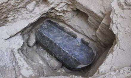 Ανακάλυψη σπάνιας άθικτης σαρκοφάγου στην Αίγυπτο