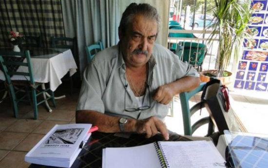 Ο ταβερνιάρης Άκης Σπανούδης που έγραψε τα ομηρικά έπη στα κυπριακά